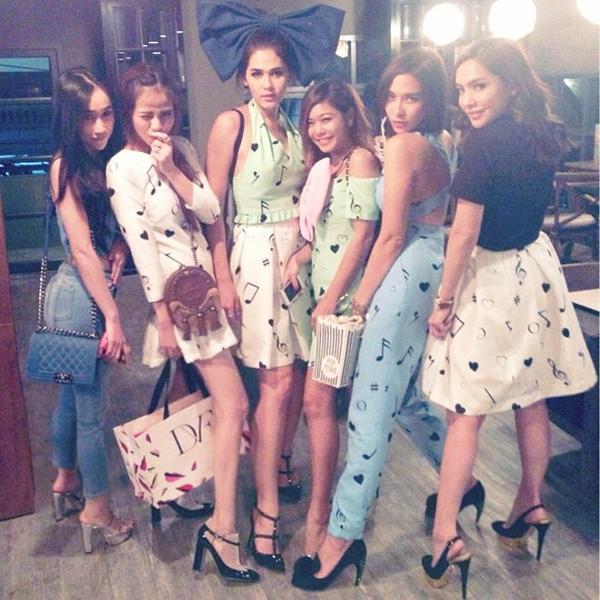 Cô gái cùng bạn bè chụp ảnh với ngôi sao nổi tiếng, mỹ nhân xinh đẹp nhất Thái Lan Chompoo Araya.