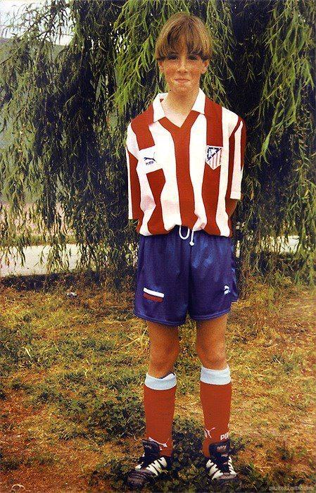 Torres khi còn bé trong màu áo Atletico Madrid.