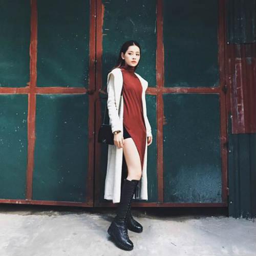 Cô nàng diện áo choàng dài kết hợp với bốt cổ cao. Trong năm vừa qua, Chi Pu liên tục được khen ngợi về gu thời trang