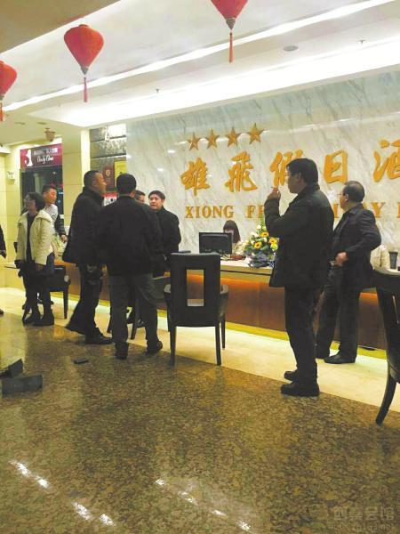 Nhóm du khách to tiếng và đập phá đồ đạc của khách sạn 4 sao Feixiong Holiday.