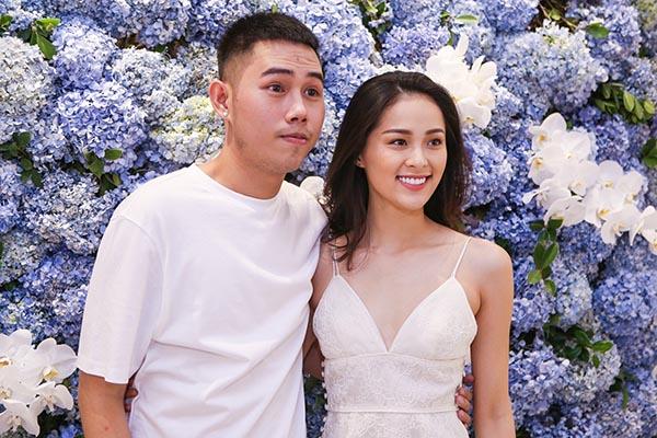 Khác hẳn với Phạm Hương, khi vừa lộ diện, diễn viên Hạ Vi - bạn gái Cường Đô la gây chú ý khi mặc chiếc đầm 2 dây gợi cảm.