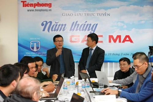 Nhà báo Trung Hiền báo Tiền Phong (trái) trao đổi tại chương trình.Ảnh: Như Ý.
