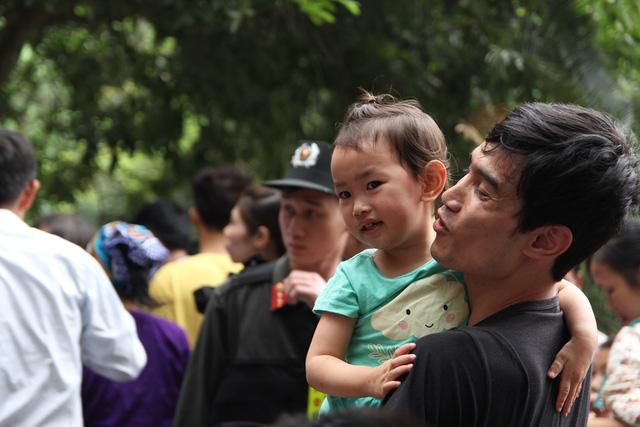 Nhiều em bé hào hứng theo bố mẹ đi lễ.