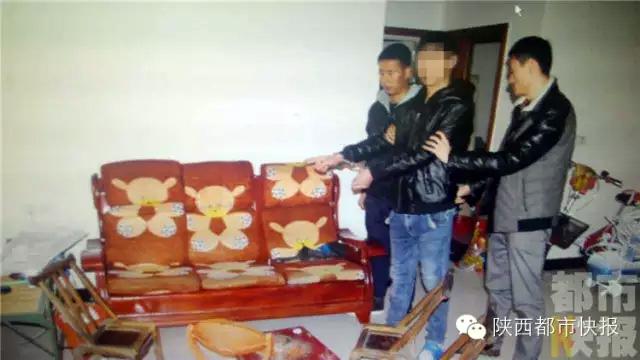 Nghịch tử họ Trần chỉ nơi gây án với chính bố đẻ của mình cho cảnh sát địa phương.