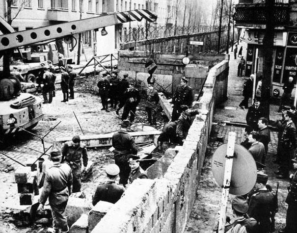 Bức tường Berlin đang trong quá trình thi công. Ảnh chụp năm 1961.