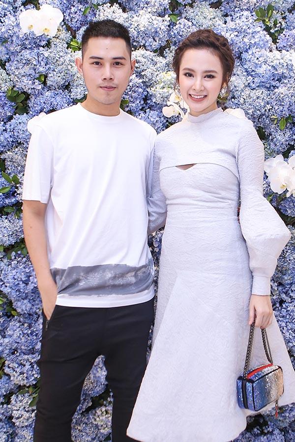 Không ăn mặc gây sốc như mọi lần, Angela Phương Trinh mặc váy kín đáo khi đến chúc mừng người anh thân thiết.