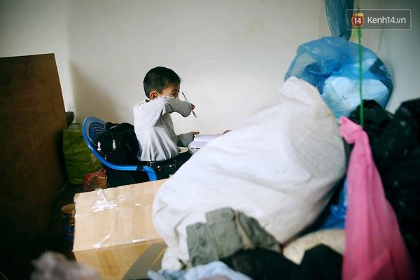Góc học tập của Thành và chị gái ngổn ngang đồ đạc, quần áo, do trong nhà không có tủ, kệ và diện tích chật hẹp nên mọi thứ đều chất thành đống.