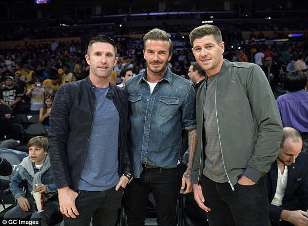 Becks chụp ả nh cùng 2 ngôi sao của LA Galaxy, Steven Gerrard và Robbie Kean. Gerrard cũng là đồng đội cũ ở tuyển Anh của Becks.