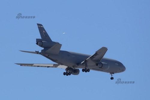 KC-10 Extender được trang bị 3 thùng chứa dầu lớn ở cánh cũng như 3 bồn chứa dầu ở khoang chứa hàng hóa. Phi công của Extender thực hiện các nhiệm vụ tiếp dầu thông qua hệ thống điều khiển bay điện tử. Nó có khả năng tiếp dầu với tốc độ đạt tới 4.180 lít/phút qua hệ thống tiếp liệu trên không.   Máy bay được trang bị hệ thống giảm tải tự động cũng như hệ thống tự ngắt kết nối để đảm bảo an toàn trong các nhiệm vụ tiếp liệu.