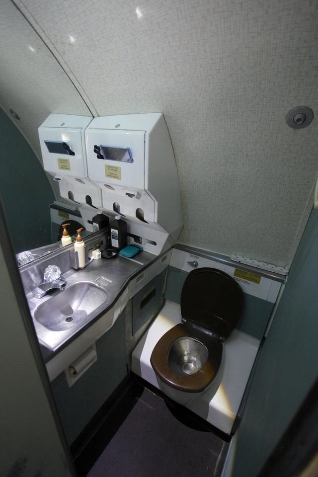 Campell giữ lại nguyên trạng một trong ba phòng vệ sinh vốn có của máy bay, bởi ông thấy thoải mái khi sử dụng chúng.