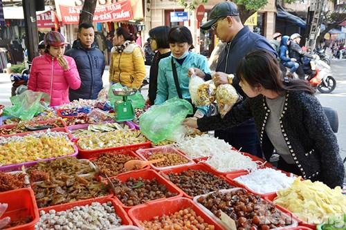 Những hàng ô mai, bánh mứt kẹo truyền thống tấp nập người mua bán.