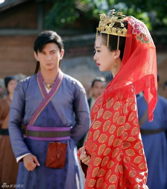 Tân nương Lộ Vân Phi (Lưu Thi Thi) không giấu được nỗi buồn trong ngày cưới nhưng rất may Liễu Ngạo Thiên (Ngô Kỳ Long) đã kịp đến cướp dâu.