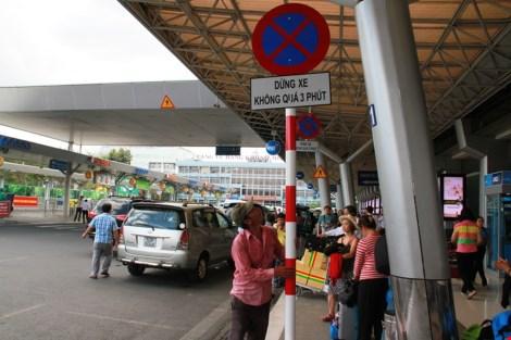 Nếu người đi di chuyển đến sân bay bằng xe ô tô thì cần lưu ý thời gian dừng đỗ trước sảnh nhà ga là không quá 3 phút. Trường hợp cần đậu xe lâu hơn, hành khách phải để xe tại khu vực bãi đậu xe ô tô quốc tế.