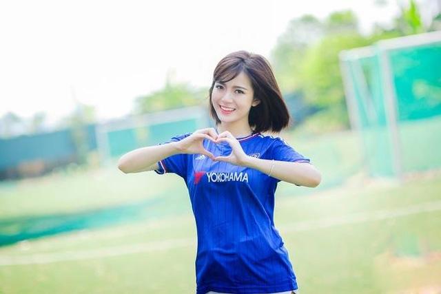Tú Linh tạo dáng trái tim với áo Chelsea, kình địch của Man United.