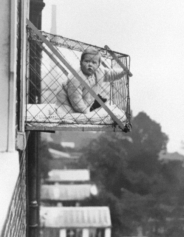 Bức ảnh chụp 1937 kể về em bé được đặt trong một lồng sắt để tắm ánh nắng Mặt trời