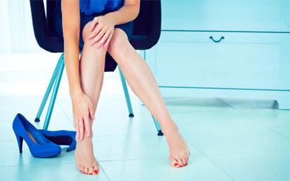 Lạm dụng giày cao gót có hậu quả khôn lường đối với đôi chân và sức khỏe (Ảnh: nguồn internet).