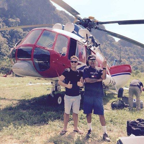 Hai nhân viên kỹ thuật cùng chiếc trực thăng được sử dụng để ghi lại những cảnh quay từ trên cao.