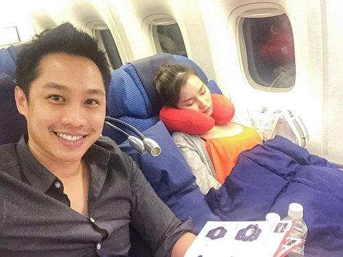 John Từ hớn hở tự sướng trên máy bay, trong khi bà xã Trúc Diễm đang ngủ kế bên.
