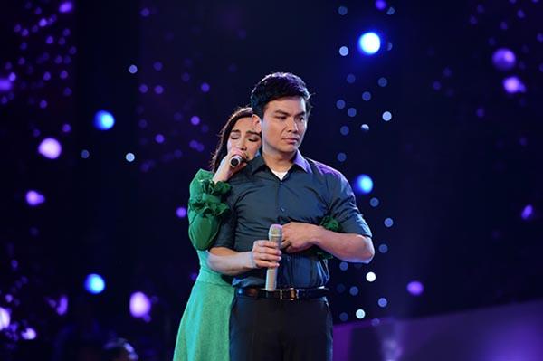 Hình ảnh Mạnh Quỳnh - Phi Nhung trong show diễn mới được tổ chức tại Việt Nam.