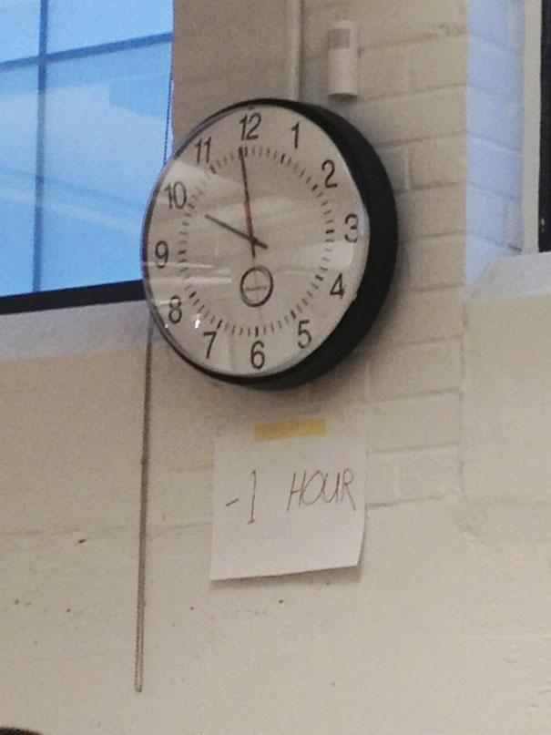 Cứ trừ đi 1 tiếng là ra giờ chuẩn