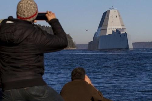 Trong khi đó, chiếc thứ ba và cũng là chiếc cuối cùng Lyndon B Johnson (DDG-1002) đã hoàn thành được 43%, với 90 trong 97 khối cấu trúc của nó đã được đóng xong.