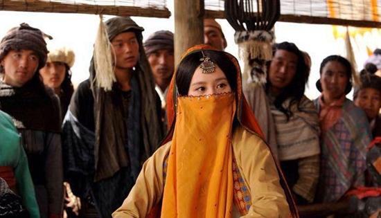 Trong Phong trung kỳ duyên, Ngọc Cẩn (Lưu Thi Thi) vốn là một cô gái sống trên hoang mạc và đồng hành với bầy sói.