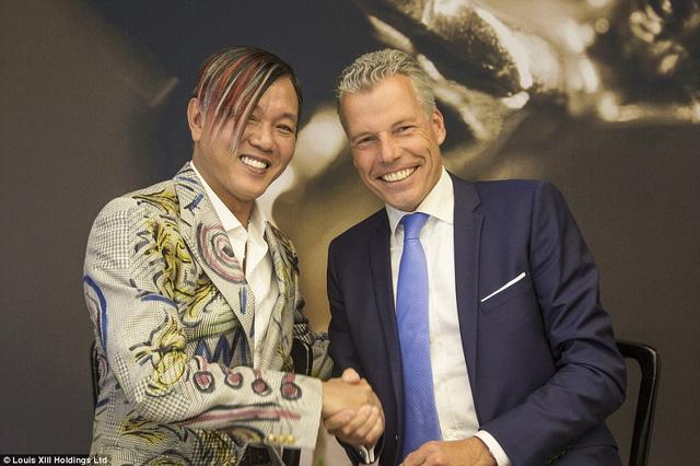 Tỉ phú Stephen Hung (trái) bắt tay với ông Torsten Mueller-Oetvoes - Giám đốc điều hành Rolls-Royce.