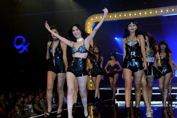 Năm 2011, Ngọc Trinh trở thành vedette của Đêm hội chân dài.