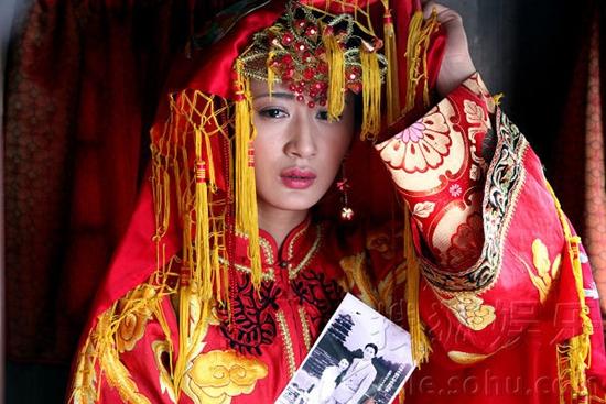 Trân Châu (Quách Trân Nghê) phải từ bỏ tình yêu để cưới một người chồng khờ khạo trong Tân nương rơi lệ.