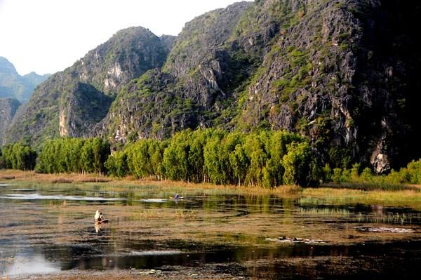 Vẻ đẹp hùng vĩ của núi non, sông nước danh thắng Tràng An, Ninh Bình đã thật sự hút hồn du khách khi tới đây (Ảnh: Đỗ Dương Tuấn)