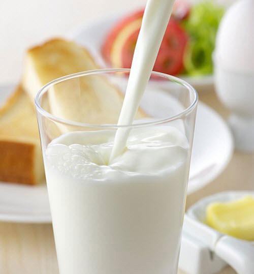 """Một nghiên cứu đã cho thấy rằng, sữa có thể """"làm giảm đáng kể"""" nồng độ của những chất """"gây mùi"""" trong tỏi. Một ly sữa nhỏ (200ml) làm giảm 50% sự có mặt của AMS trong hơi thở."""