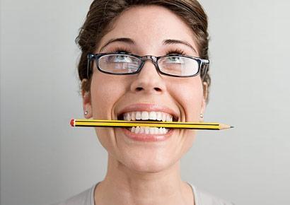 Ngậm một chiếc bút chì giữa 2 hàm răng có thể chấm dứt những cơn đau đầu.