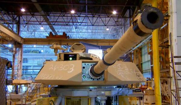 M1 là xe tăng đầu tiên của Mỹ sử dụng kết hớp giáp composite Chobham do Anh phát triển, trong đó bao gồm gốm và các vật liệu khác với mật độ dày đặc.