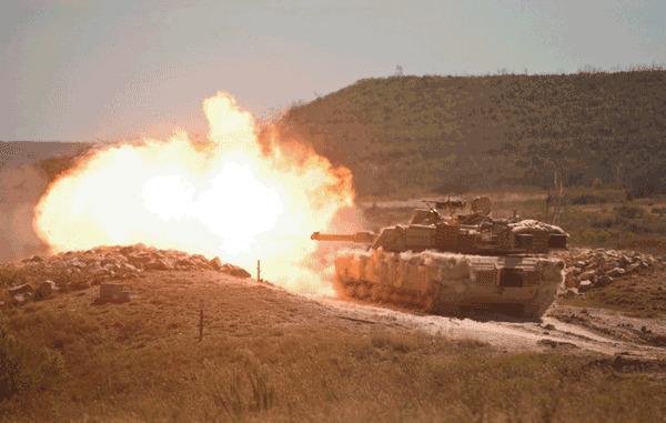 M1 được trang bị pháo chính nòng trơn 120 mm có khả năng bắn nhiều loại đạn khác nhau.
