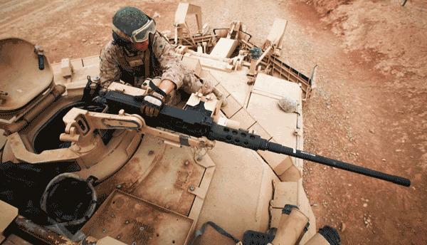 Ngoài pháo chính, M1 còn vũ khí phụ gồm đại liên M2 Browning 12,7 mm-một vũ khí quan trọng của quân đội Mỹ kể từ Thế chiến II. Vũ khí này có thể sử dụng để tấn công các mục tiêu nhỏ từ xa.