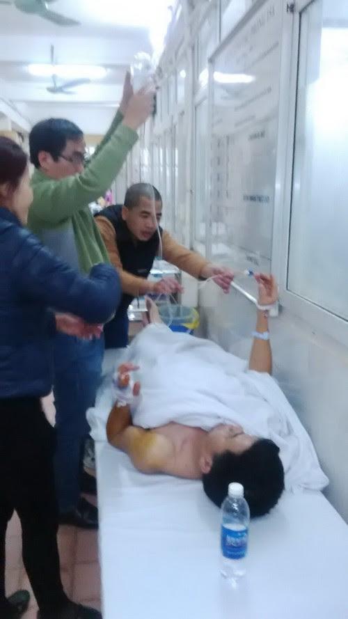Ông Bộ được đưa đi cấp cứu tại bệnh viện (ảnh gia đình cung cấp).