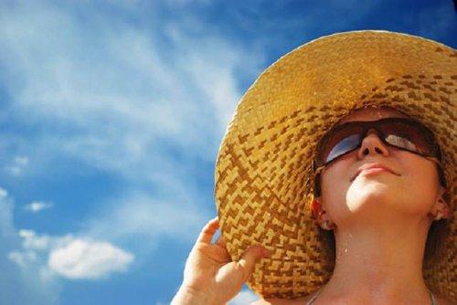 Tránh tiếp xúc trực tiếp quá nhiều với ánh nắng mặt trời để giảm nguy cơ ung thư da