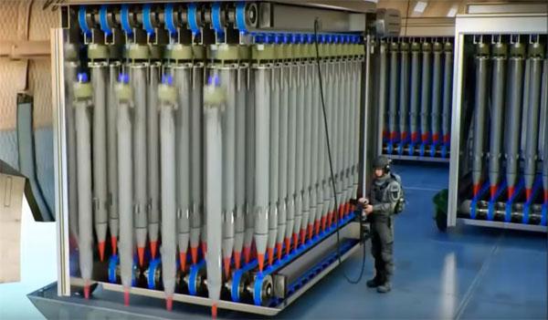 Hình ảnh lính Mỹ điều khiển container thả hàng trăm tên lửa xuống mục tiêu trong đoạn video