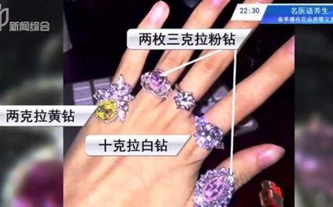 Bộ nhẫn kim cương giả được Qianqian chụp lại và đem khoe trên mạng xã hội là có giá gần 70 tỷ đồng.