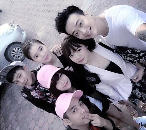 HKT cùng bạn gái trong một buổi đi chơi chung.