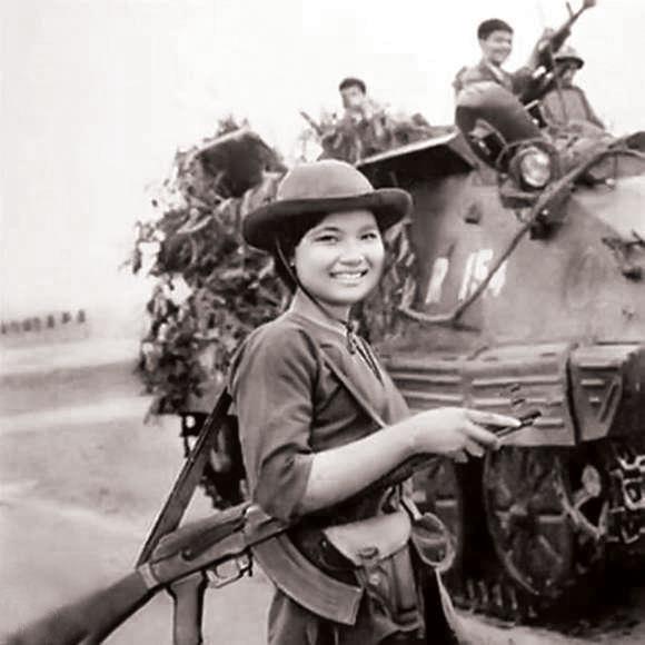 Biệt động Thành dẫn đường cho Quân Giải phóng tiến vào Sài Gòn. Ảnh: TTXVN.