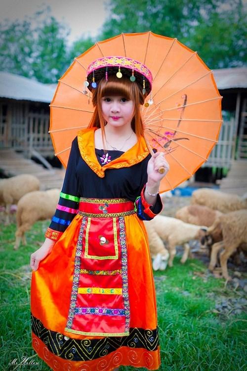 Cô nàng tên thật là Trần Thị Tuyết Mai, 21 tuổi, sinh ra và lớn lên tại Gia Lai. Hiện là nữ sinh năm 3, chuyên ngành Kế toán của một trường Đại học ở Đồng Nai.