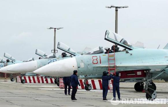 Các máy bay Su-27SM mới được Không quân Nga triển khai ở bán đảo Crime, trong đó có chiếc mang số hiệu 81 (đỏ). Ảnh: RIANovosti.