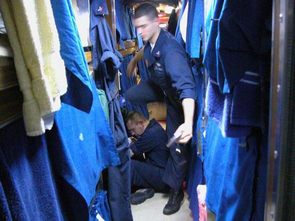 Phòng ngủ: 5.500 người hoạt động trên một cỗ máy chiến tranh tạo nên áp lực không nhỏ về nơi nghỉ ngơi cho thủy thủ đoàn. Không gian trên tàu được tận dụng một cách tối đa. 96 thủy thủ phải dùng chung một phòng ngủ. Tuy vậy, người ta vẫn tạo được một chút riêng tư cho mỗi thủy thủ.