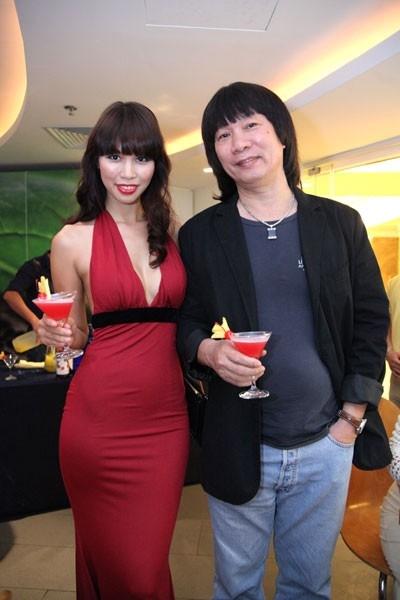 Bố của Hà Anh - họa sĩ Vũ Huy - rất trẻ trung và cá tính.