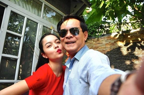 Hai bố con Trương Quỳnh Anh vô cùng xì-tin trước ống kính.