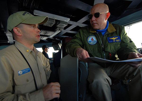 Tháp chỉ huy chính. Khu vực này được bố trí phía dưới bộ phận điều khiển bay. Đây là khu vực làm việc của hạm trưởng, hoa tiêu, lái tàu và các sĩ quan chỉ huy các bộ phận khác.  Bộ phận này là nơi ra những mệnh lệnh chỉ huy cao nhất đối với toàn bộ hoạt động của siêu hàng không mẫu hạm lớp Nimitz.