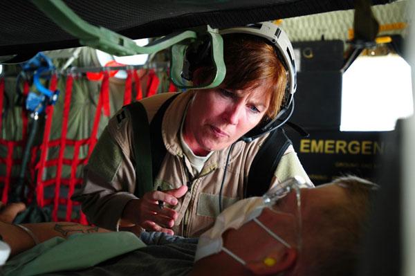 Sơ tán quân nhân bị thương hay thường dân ra khỏi khu vực chiến sự là nhiệm vụ khác mà C-130 có thể hoàn thành tốt. Các phi cơ làm nhiệm vụ này được trang bị đầy đủ các thiết bị y tế để đảm bảo sức khỏe cho binh lính, thường dân trong quá trình di tản.
