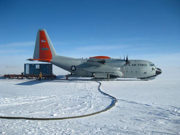 Vận tải, tiếp tế hàng hóa là sứ mệnh cốt lõi của C-130. Phi cơ này có thể thả hàng hóa bằng dù hoặc thả xe bọc thép theo kiểu trượt mà không cần hạ cánh.