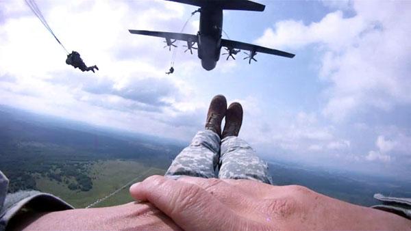 C-130 có thể thả 64 lính dù với đầy đủ trang bị theo kiểu nhảy hàng loạt hoặc rải rác. Ngoài ra, xe thiết giáp Humvee, pháo 105mm có thể thả từ phi cơ này.